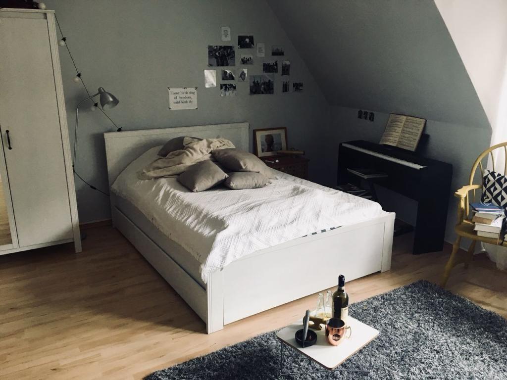 Gemütliche WGZimmerEindrücke mit großem Bett und