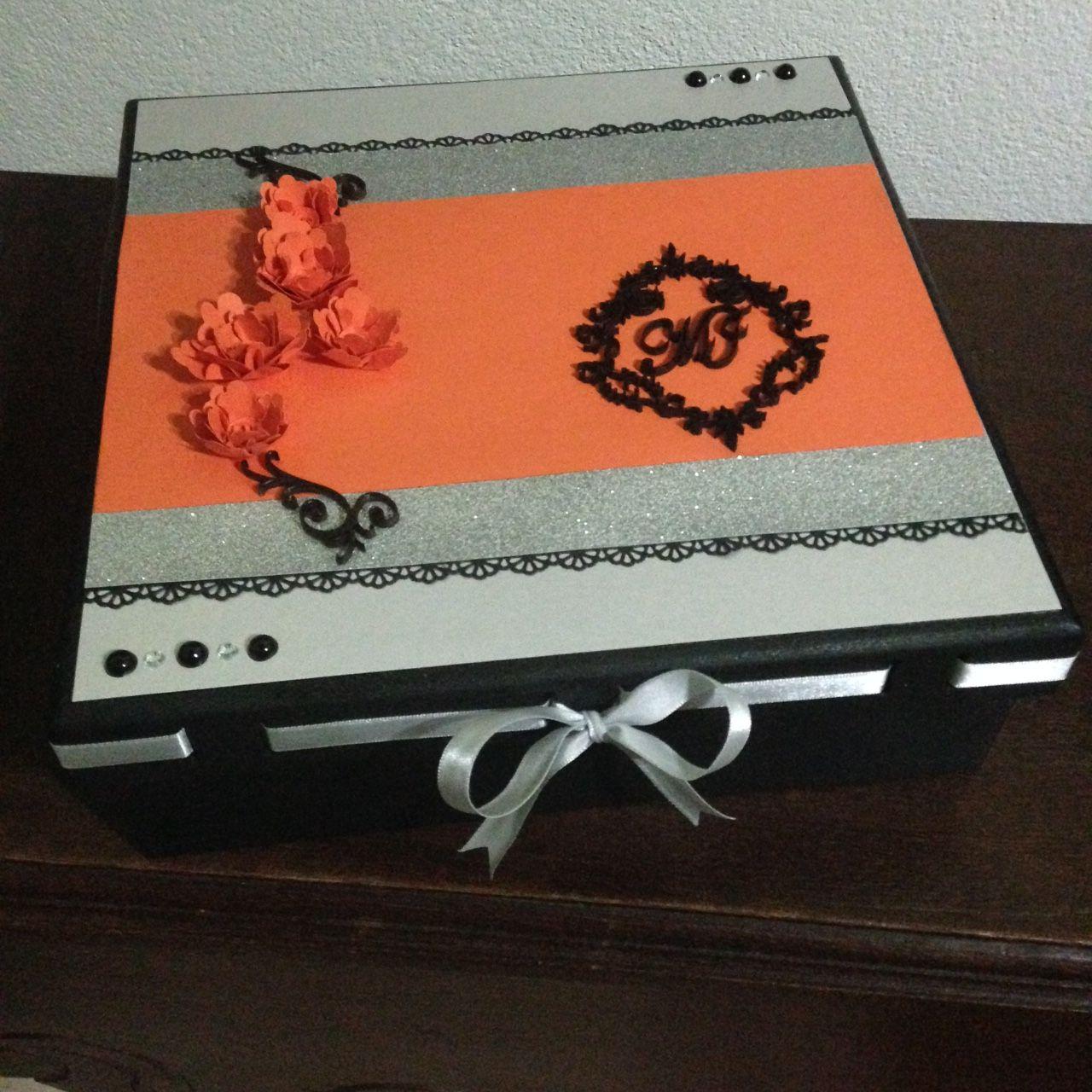 Caixa em mdf para livro de assinaturas com papel scrapbooking e apliques de madeira.Flores feitas com papel de scrapbooking.