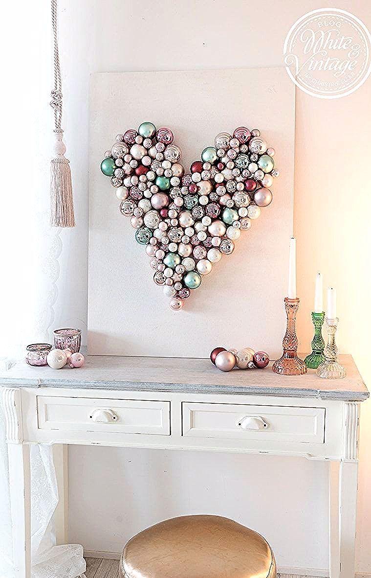 diy wanddeko ein herz aus weihnachtskugeln selber machen als romantische furs wohnzimmer oder schlafzimme in 2020 wall decor romantic wanddekoration hängend holz