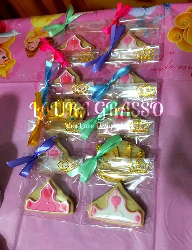 Corone e coroncine di biscotto in ghiaccia reale e pasta di zucchero