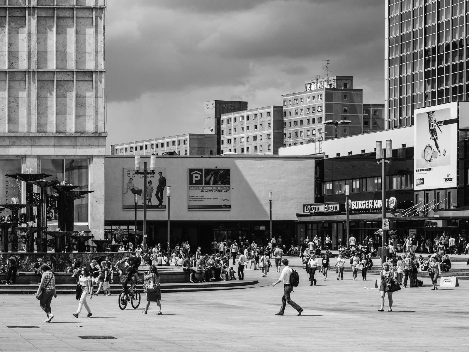 Alexanderplatz With Fountain Of Friendship Street Photography Fountain Street View