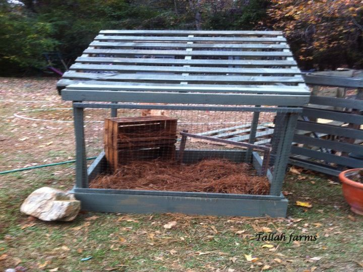 Here 39 s a new chicken pen i made out of free pallets for Pallet chicken coup