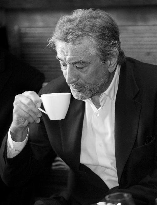 Io faccio il tifo per Robet De Niro e bouno l'attore. Mi piace gaurde suo i film. Lui ha i capelli bianco.