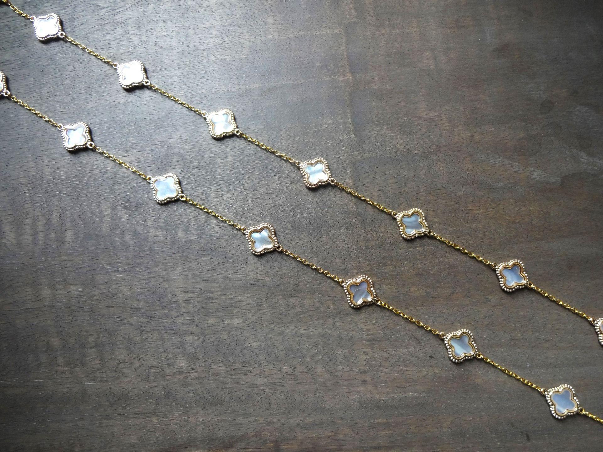 Sautoir collier chaine plaqué Or avec 17 fleurs en nacre blanche dorée  double face   Collier par les-bijoux-d-aki 0d5dd429378