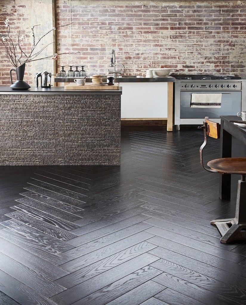 Black Herringbone plank flooring Moderne køkkener