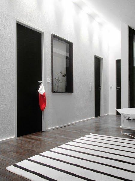 Fridas Diele Schoner Kontrast Weisse Wand Schwarze Turen Und Dunkelbraunes Parkett Schwarze Turen Wohnungstur Wohnung