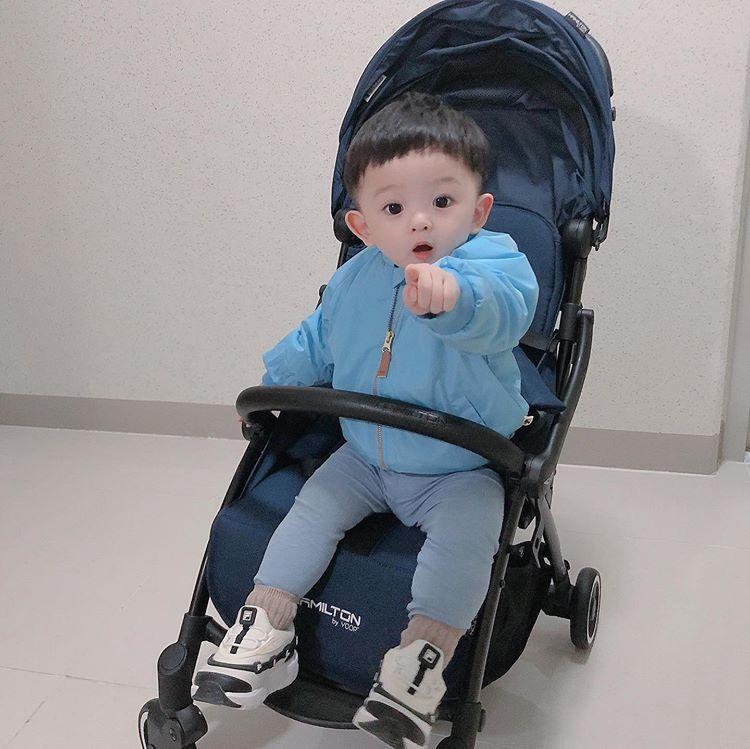 하진맘 𝗒𝗈𝗈𝗇 𝗃𝖾𝗈𝗇𝗀 Sto Instagram 하진이그램ღ 704𝚍𝚊𝚢𝚜 찌니의 신상 휴대용유모차 해밀턴매직폴딩챌 In 2020 Baby Car Seats Baby Strollers Baby Car