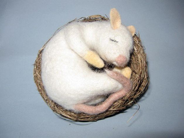 Deko-Objekte - Maus/ Ratte gefilzt, Filzmaus im Nest - ein Designerstück von Fildo-design bei DaWanda
