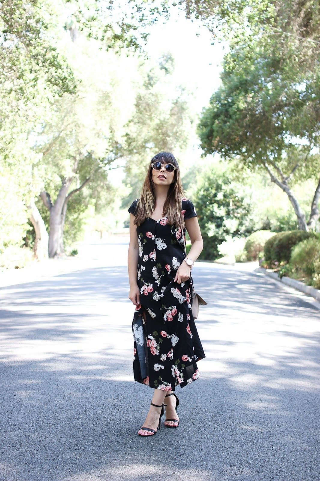 How to wear a maxi print dress for a petite frame. Keep accessories simple and clean! stilettobeats.com
