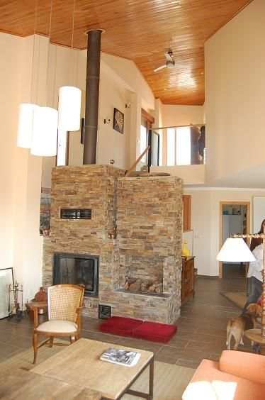 Sal n a doble altura en la sierra de madrid con chimenea - Salon de piedra ...