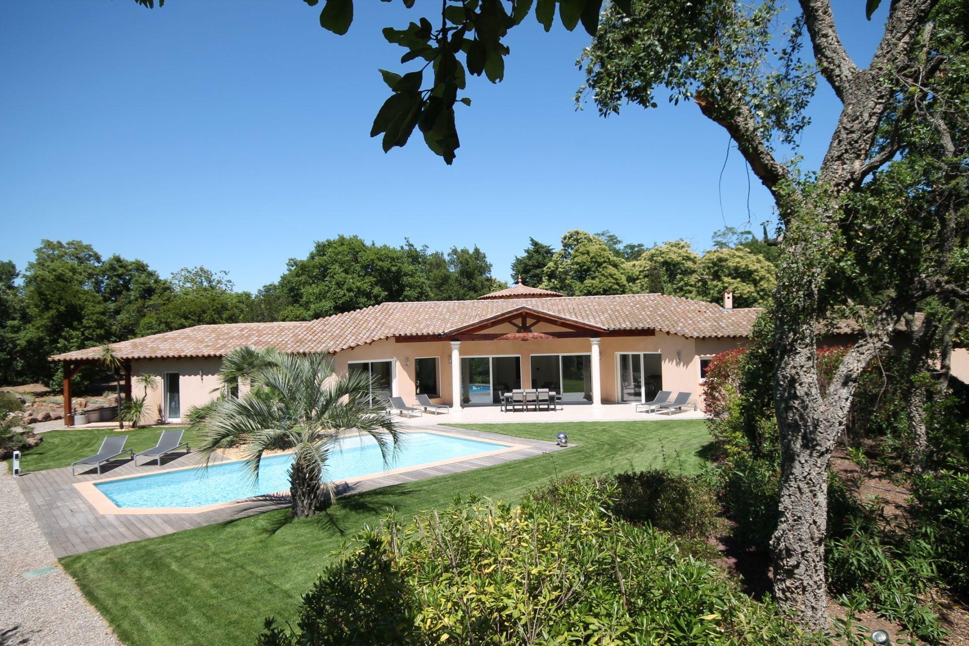 """Location Vacances! Belle villa au cœur du """"Parc Résidentiel de l'Estérel"""", de 2 à 8 personnes. Piscine chauffée avec plage immergée pour les plus jeunes. Domaine clos et verdoyant de 1 hectare.  #LocationsVacances #MediaVacances #Villa #PACA #PiscineChauffée #GrandParc"""