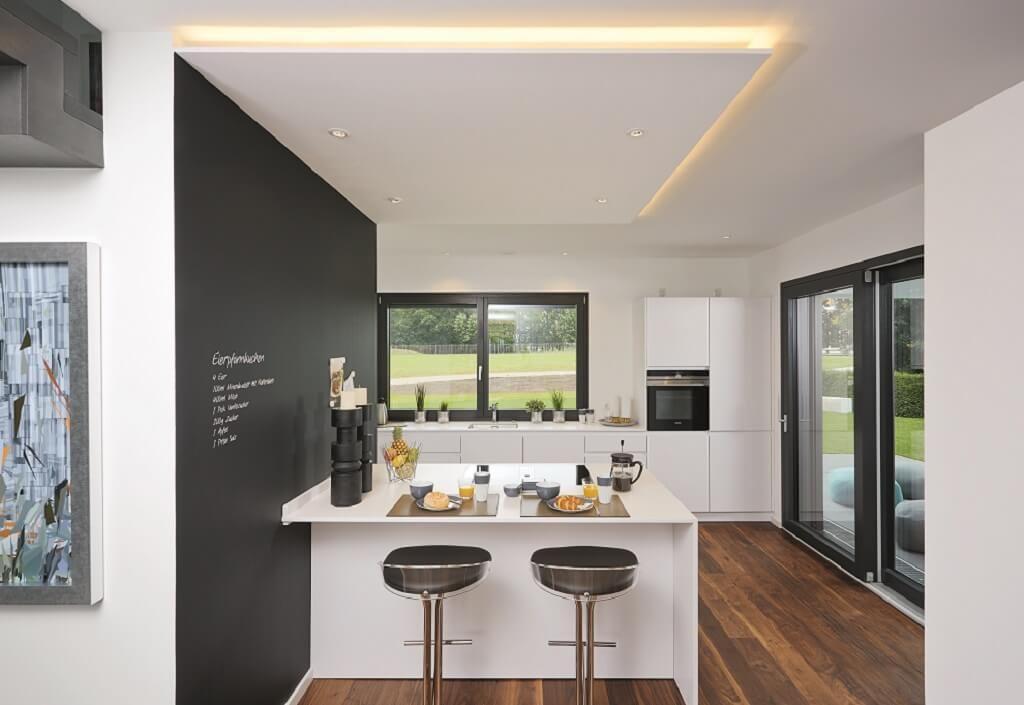 Offene Küche Modern Weiß Mit Kochinsel Und Sitzgelegenheit   Ideen  Einrichtung Skulpturales Architektenhaus WeberHaus   HausbauDirekt