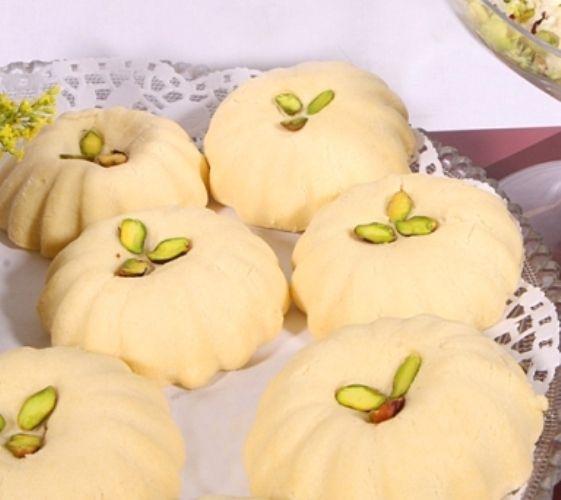 طريقة عمل الغريبة بالقشطة طريقة Recipe Middle Eastern Food Desserts Arabic Food Arabic Sweets