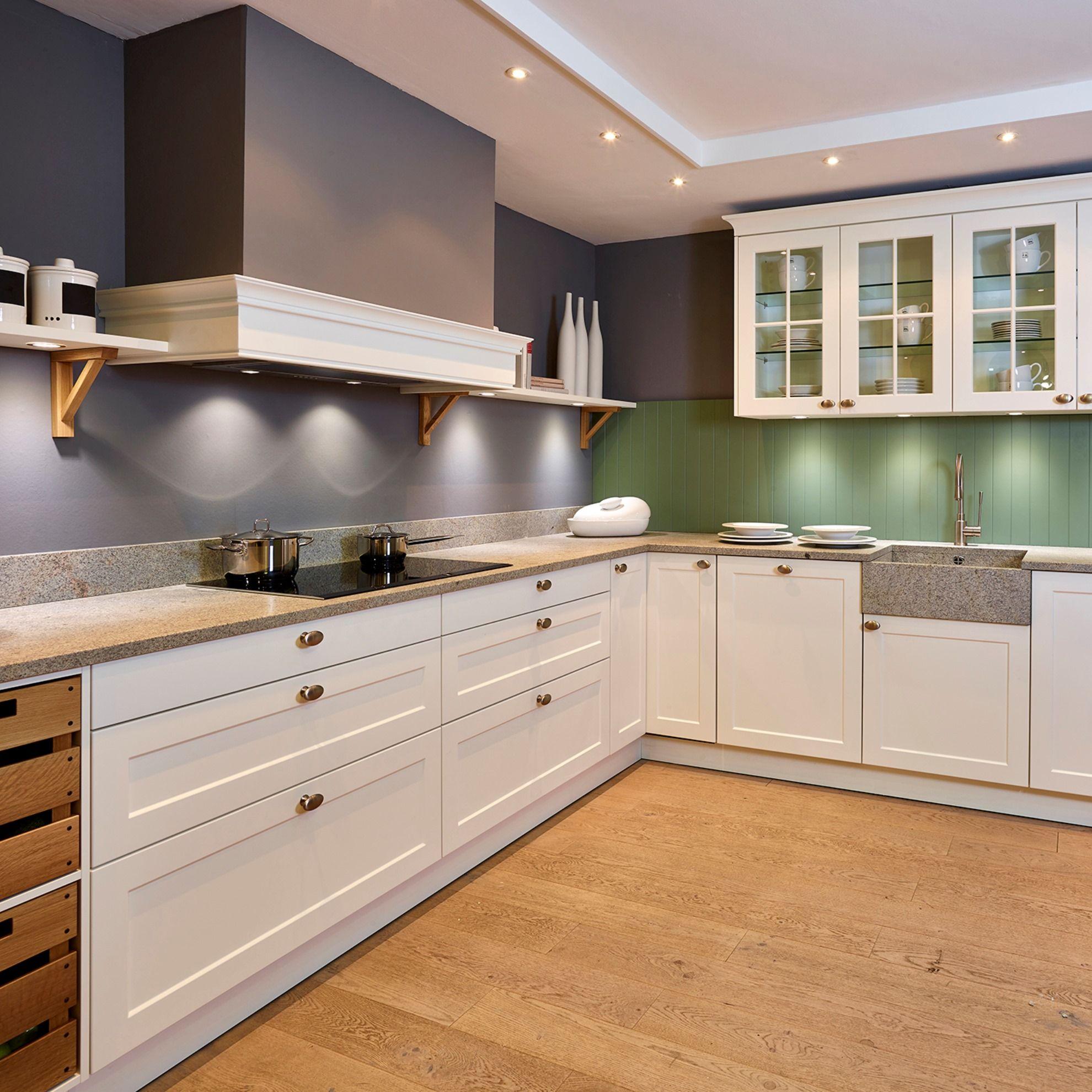 Stimmungsvolle Landhausküche In U Form Mit Weißen Und