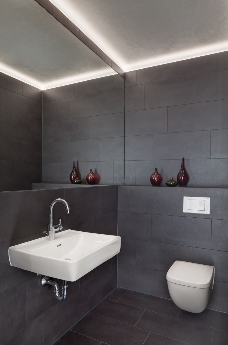 Fließen  Spiegel, Waschbecken, dunkle Fließen, indirekte Beleuchtung ...