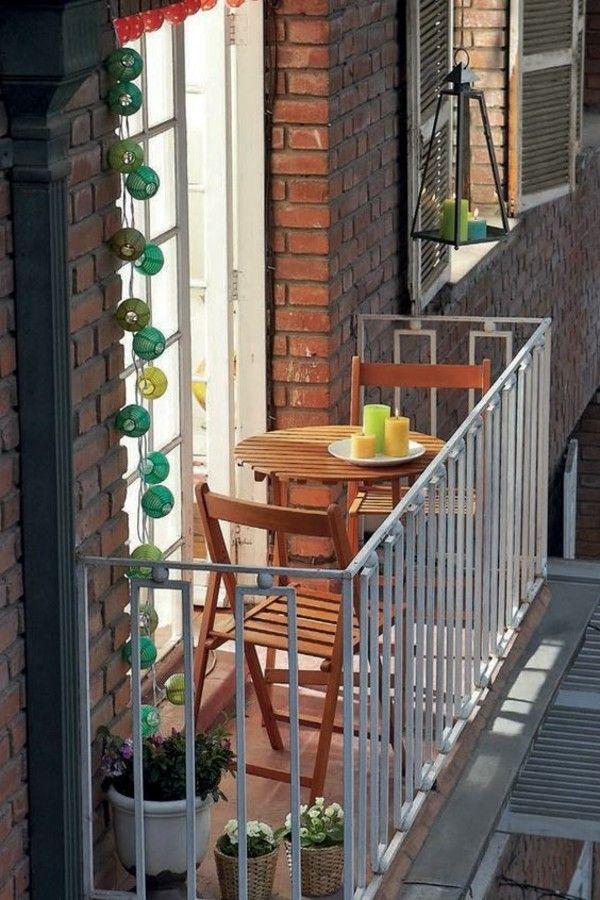 kleiner balkon platz f r zwei dekoriert topfpflanzen. Black Bedroom Furniture Sets. Home Design Ideas