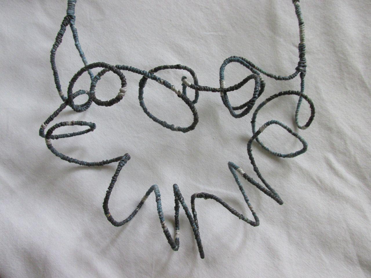 collana in filo metallico e carta di giornale filata