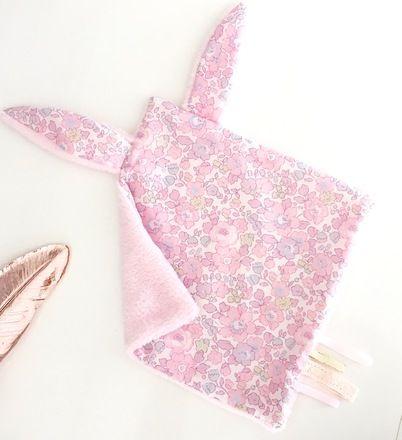 Magnifique doudou avec oreilles de lapin en Liberty pour petite fille. Elle pourra l'attraper par les oreilles ou les étiquettes,le doudou a une face toute douce et une face coto - 19969664
