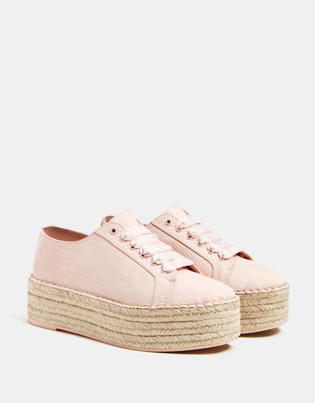 ac5cc1429c66 Descubre ésta y muchas otras prendas en Bershka con nuevos productos cada  semana. Embossed sneakers with jute platforms.