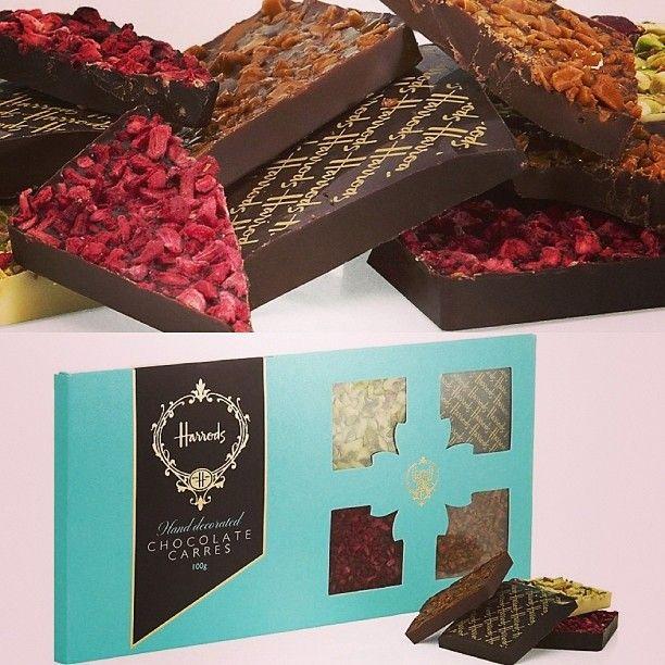 Harrods Hand Decorated Chocolate Carres ١٠٠ غرام عبارة عن ٣ مستويات من الشوكلاته البيضاء الداكنه شوكولاته بالحليب Chocolate Instagram Posts Gift Wrapping