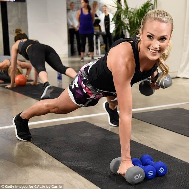 Carrie Underwood pumps some iron with mom Carole