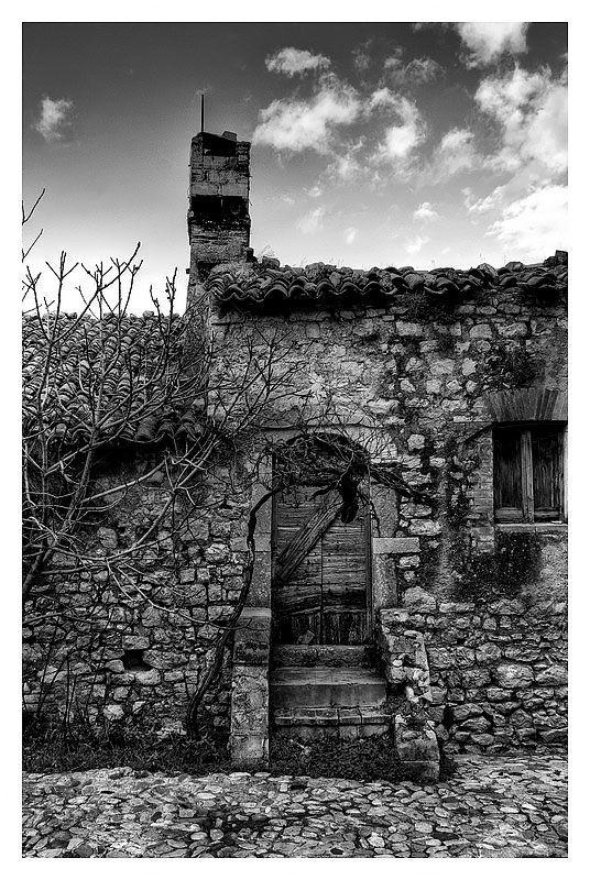 La porta vecchia... il vecchio comignolo  Siamo sempre all'interno del Castello di Campello Alto.