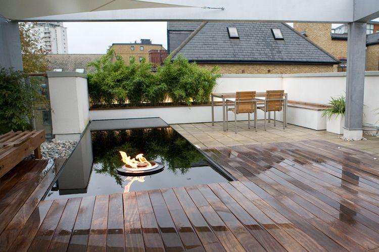 deck de terrasse, miroir d'eau et brasero