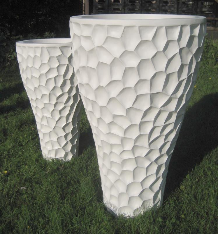 Elegante hoge vazen in verschillende afmetingen:    Ø48cm x 80cm hoog  € 139,95    Ø63cm x 100cm hoog € 239,95    Setprijs 2 verschillende maten: € 359,95     en Verkrijgbaar in de kleuren antraciet en wit      (inclusief 21% BTW)
