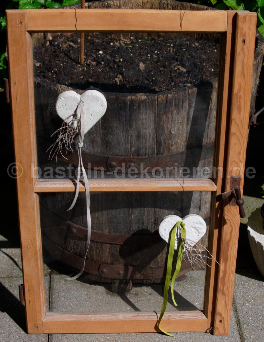 herzen aus beton mit einem satinband und einem kleinen stchen dekoriert fensterdeko aus beton. Black Bedroom Furniture Sets. Home Design Ideas