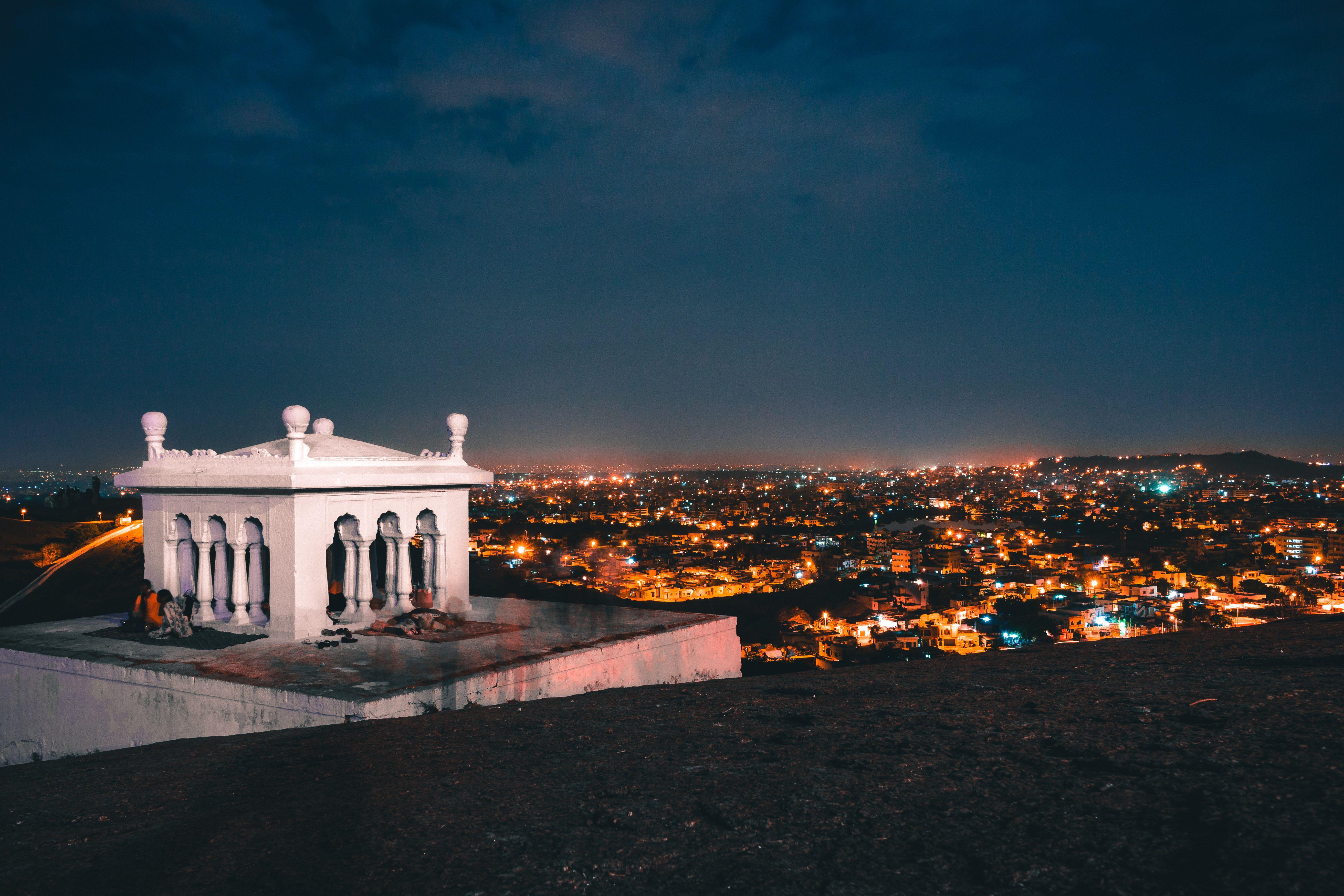 Le spectacle des lumières d'Hyderabad en pleine nuit.