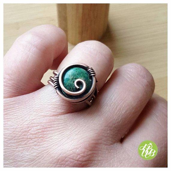 Azurit gewickelter Ring aus massivem Kupfer. Dieser Kupferdraht-Ring ...