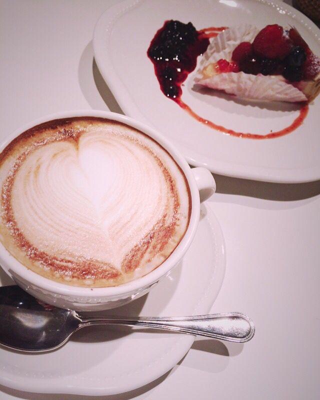 My favorite food … berry tart and coffee  ベリータルトとコーヒーとかカフェモカの組み合わせがとても好きです  さっぱり系のケーキが好きです  でも甘いものも好きです