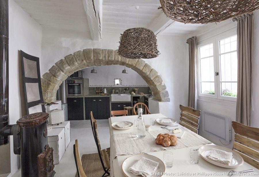 Une maison au style épuré dans le Gard | La salle, Manger et Salle