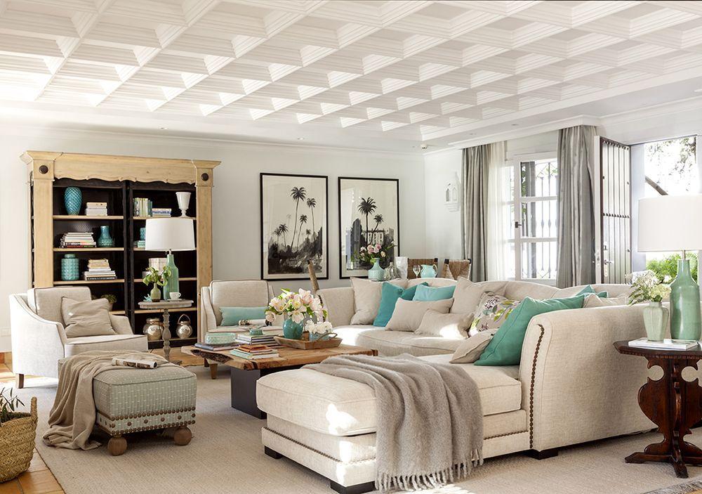 00429537 O. Salón en blanco y turquesa con techo con ...