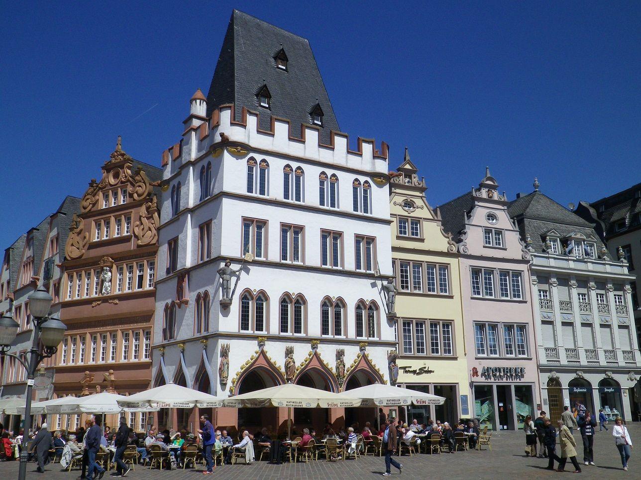 Auf dem Mosel Radweg von Trier in Richtung Koblenz Eine Tour Radwanderer sehnsüchtig