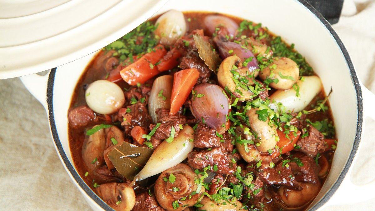 Langtidskokt kjøttgryte med bacon, rødvin og mengder av god smak. Dette er Lise…