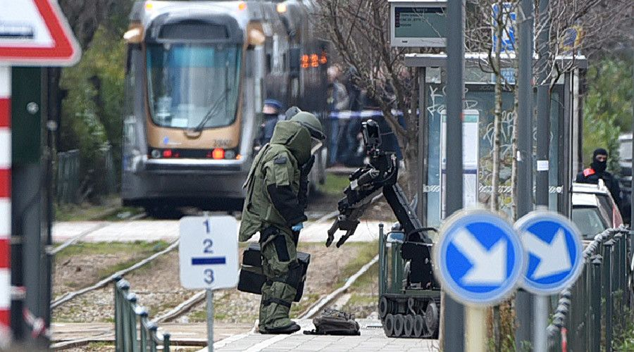 Videos of police detaining terror suspect in Brussels raid  http://pronewsonline.com  An agent of a bomb squad unit action and a robot stand next to a suspicious object at a tramway station on March 25, 2016 in Schaerbeek suburb, Brussels © Patrik Stollarz