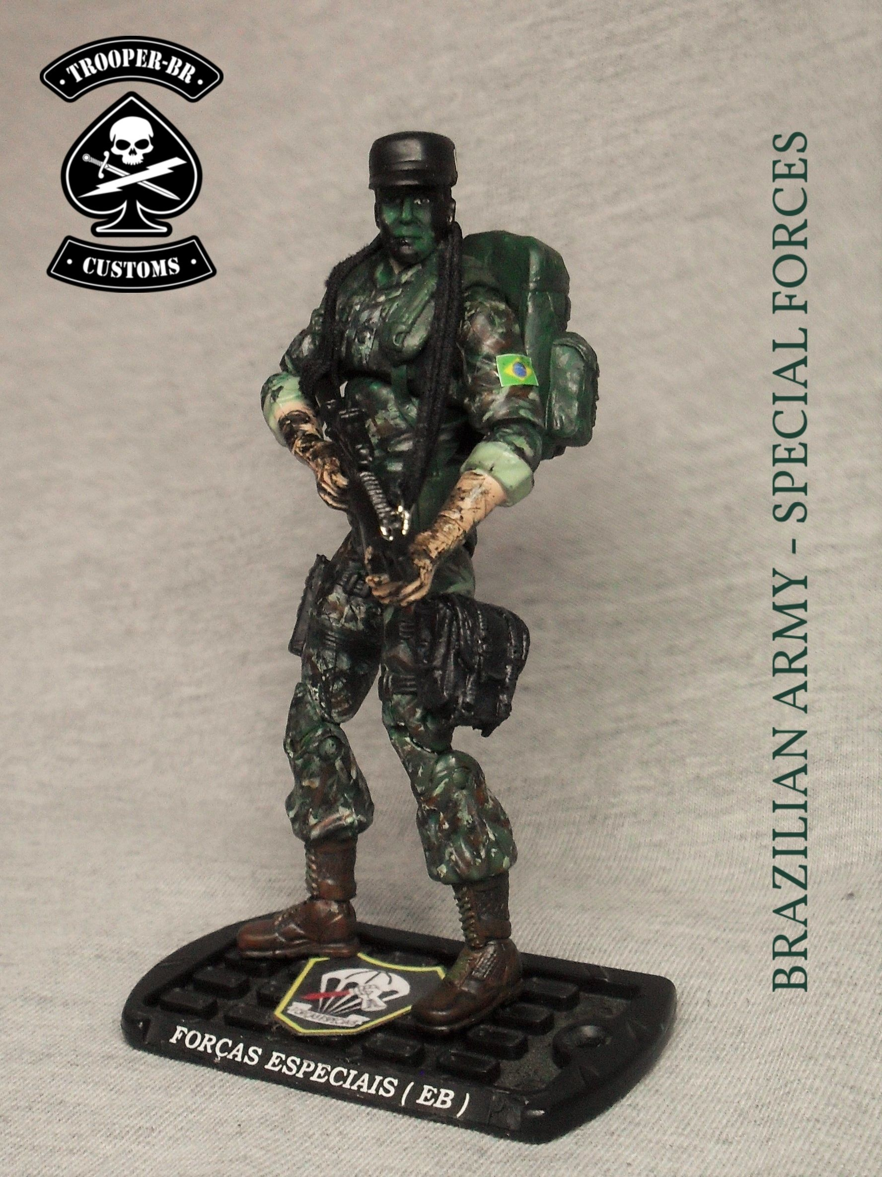 This is one more custom from Brazilian Army, comission of a former Special Forces officer, an improved version of my 1st version, made a few years ago. When I was a kid, I used to dream with brazilian Comandos em Ação (name given to Gi Joes here in Brazil), dressed in uniforms from brazilian armed forces. Unhappily, on that time, it wasn't possible. Nowadays I can make it real several times, everytime I customize a figure like this.