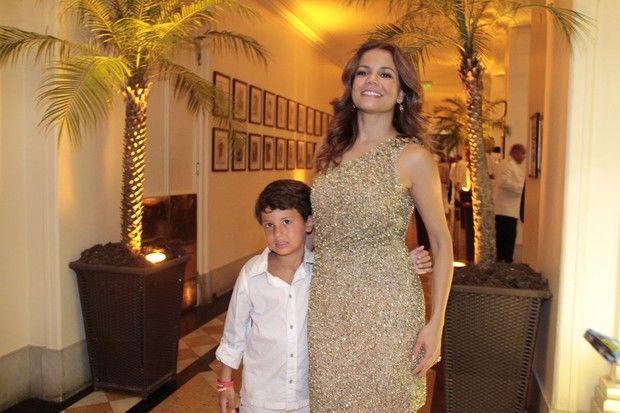 Nívea Stelmann e o filho (Foto: Isac Luz/ EGO)