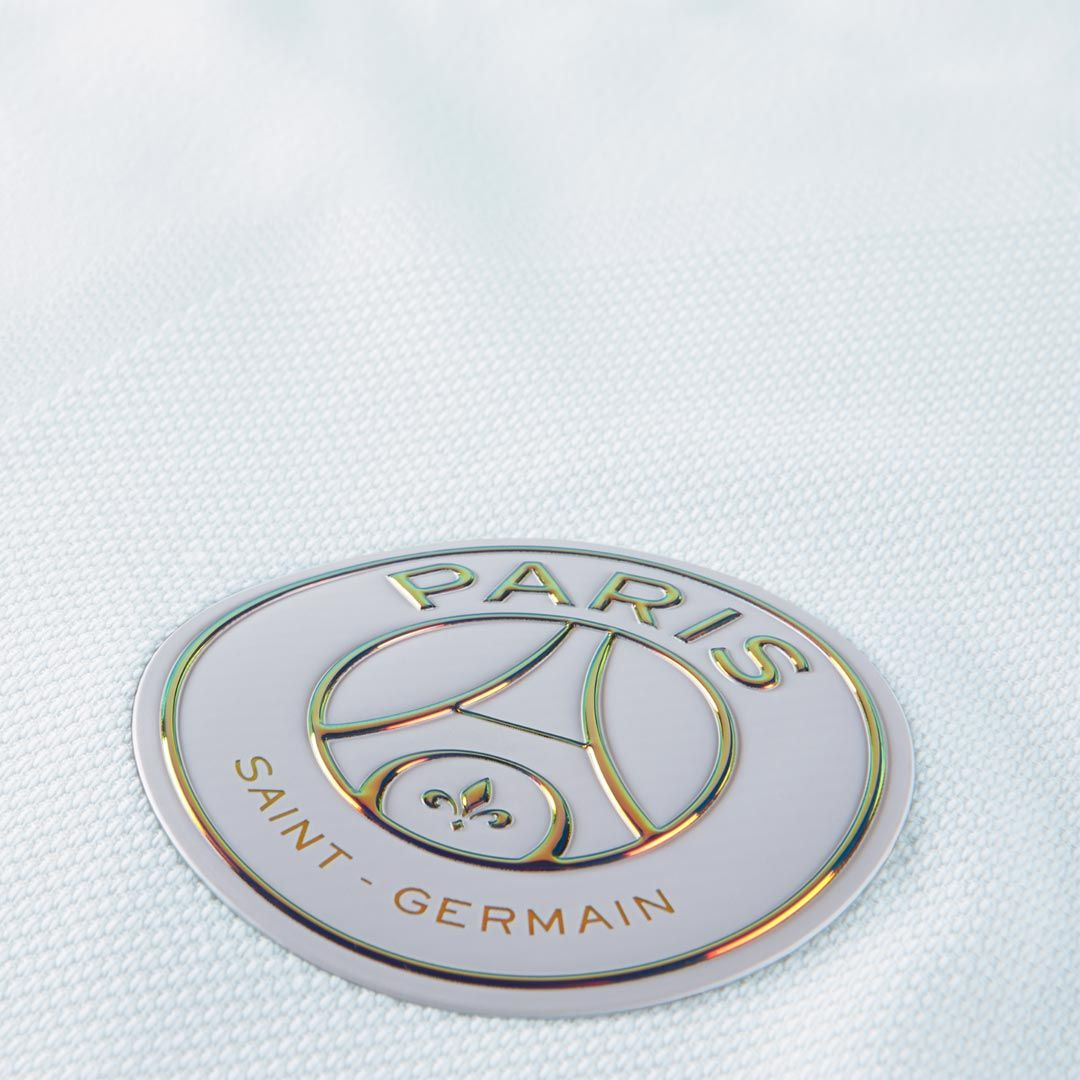 The PSG 16-17 third kit introduces a special and unique design with iridescent logos, made by Nike.