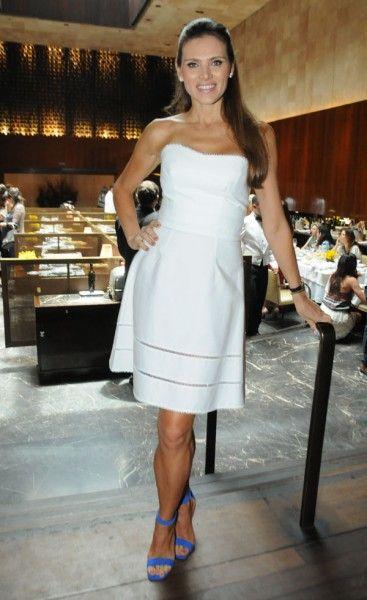 Maythe Birman escolheu um vestido branco Louis Vuitton e sapatos Céline para o almoço dela de aniversário. As joias são Ara Vartanian