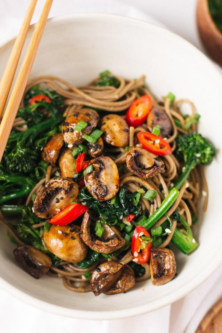 gerösteten Teriyaki Pilze und broccolini Sobanudeln   www.lavita.de