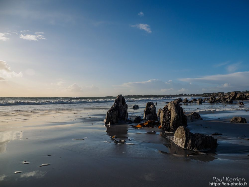 sur la grève à marée basse, entre Dourveil et Raguénes  - à Névez © Paul Kerrien 2018 https://en-photo.fr Finistère Bretagne