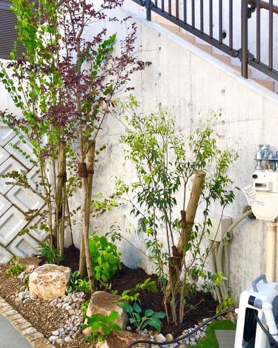 Ueshin Jp On Instagram 植物の有無でその場所の空気はがらりと変わります 駐車場の後ろにある土のスペース 持て余してしまっていた空間でしたが 植栽によって生まれ変わりました 石と組み合わせることで 狭くても見応えのあるお庭です