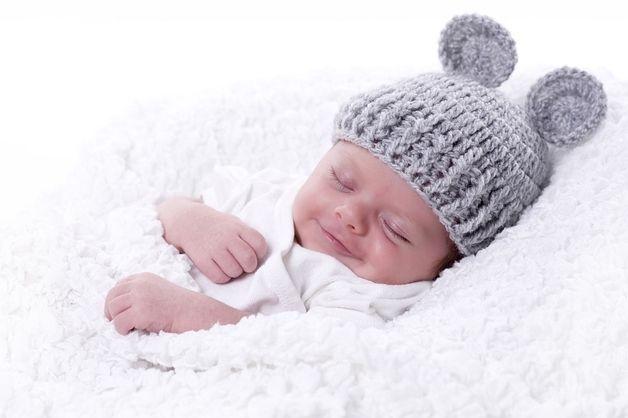 """Babymütze  Gehäckelte Babymütze """"graue Maus"""" für Neugeborenenfotografie :) Jede Mütze wird von Hand in einem Stück gefertigt und so mit drückt auch nichts, weil es keine störenden Nähte..."""