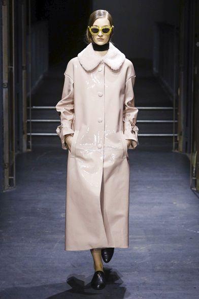 Guarda la sfilata di moda DROMe a Parigi e scopri la collezione di abiti e accessori per la stagione Collezioni Autunno Inverno 2016-17.