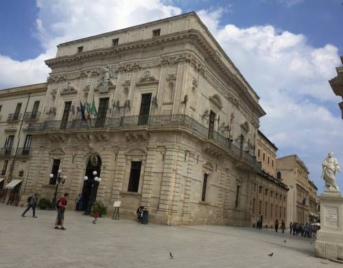 Suite Duomo Siracusa Set 100 metres from Syracuse Cathedral in Siracusa, this apartment features a balcony. The apartment is 900 metres from Porto Piccolo. Free WiFi is provided throughout the property.