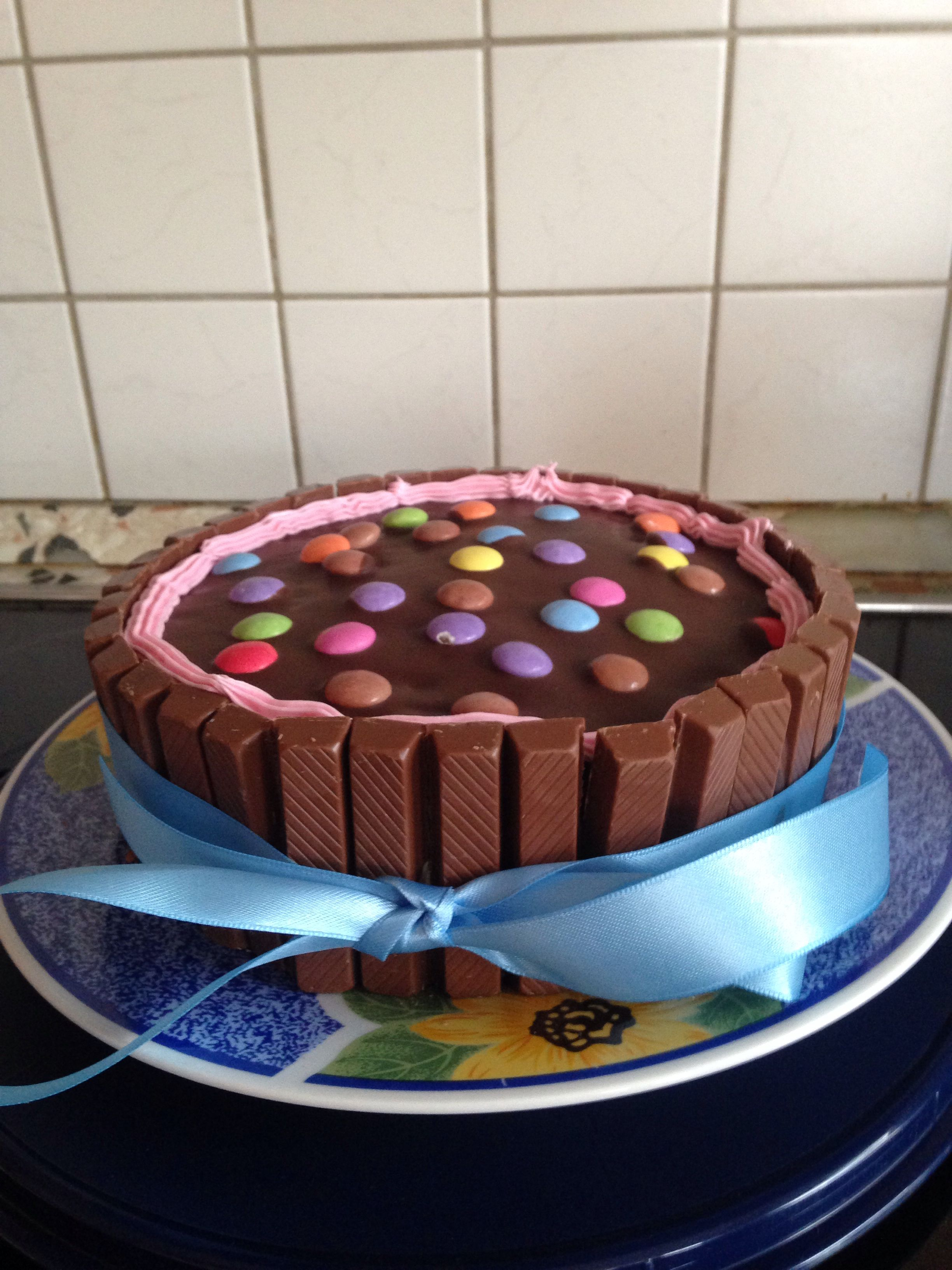 kitkat torte mit smarties essen pinterest. Black Bedroom Furniture Sets. Home Design Ideas