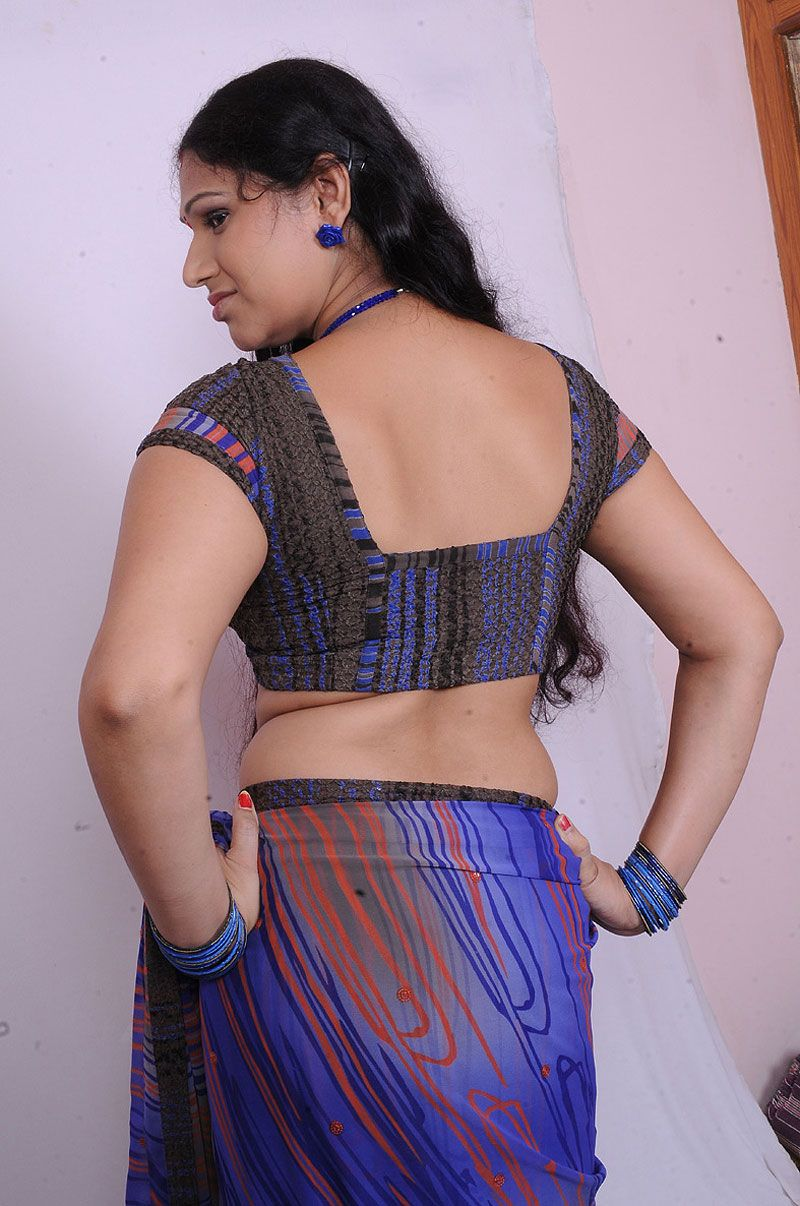 Sexy aunty back in saree