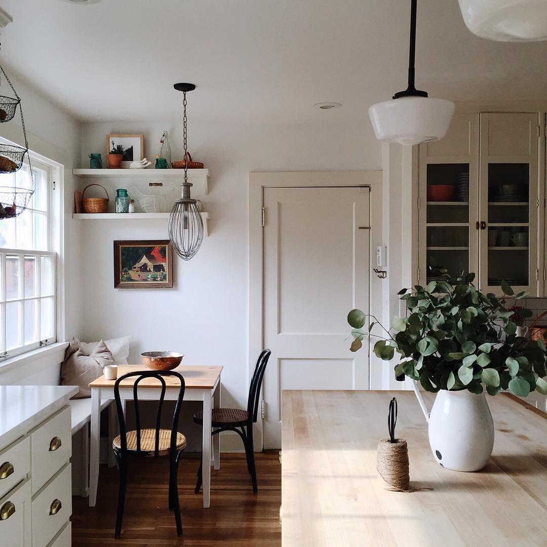 Moderne Küche im rustikalen Landhausstil Bistrostühle sorgen für
